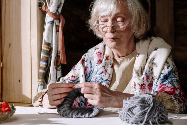 oudere dame aan het haken (Foto door cottonbro via Pexels)